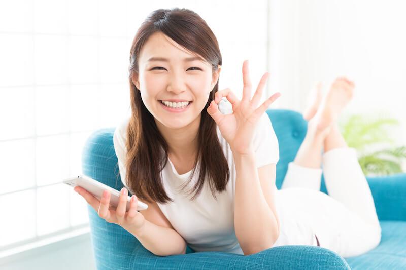 ソファで笑顔の女性